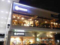 """ジョリビーのとなり、GREEN リッチのあるビルの2階に入りました。 新しくできたデザート専門店で、すでに人気らしくけっこうお客が入ってました。 店名は、そのものずばりの""""CAFE Dessert""""です。"""