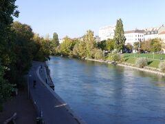 フンデルトヴァッサーハウスの近くのドナウ運河の河川敷に来ました。