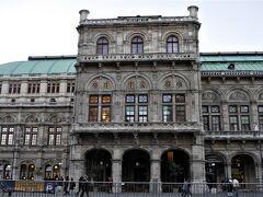 カールスプラッツ電停から歩いてオペラ座に来ました。 オペラ座の前にくるのは2年ぶりです。