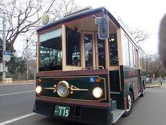 仙台城跡から観光周遊バス、るーぷる仙台に乗って大崎八幡宮を目指します。 ちょうど目の前でバスを逃したので、次のバスの先頭に並ぶことになって、結果として一番前の席に座ることができましたが、車内は相変わらずの満員状態でした。