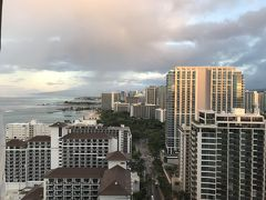 10/10 (水) 滞在6日目  シェラトンワイキキ、29階MVからの景色です~ アラモ方面は少し曇り  では、ハワイ大好き様 Hさんと 曇って居るなら朝一で買物にと作戦会議完了 とっとと出かけます~~  お天気悪けりゃ、買物ですよ!