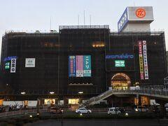 駅前には丸広百貨店の上尾店。