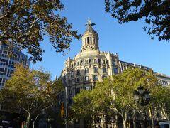 ホテルは、グラシア通りまで1ブロック。 とても便利な場所にあります。  まず最初に目に入ってきたのは、Casa Lleo Morera すごい。