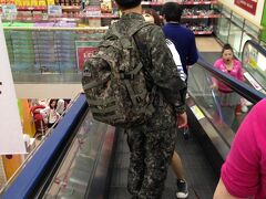 ロッテマートにて買い物。 兵役中の方でしょうか