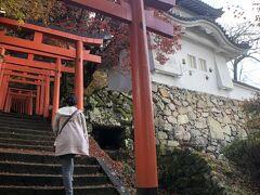 有子山稲荷神社の赤鳥居。  紅葉は終わりかけですね。