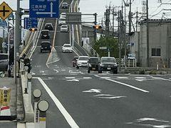 大根島に行く直前、一時期ダイハツのTVCMで有名になったベタふみ坂(本名は江島大橋)を通りました。  トヨエツと綾野剛が出ていたので、ファンの方は覚えがあるカモ?  この橋は、鳥取県の境港市と島根県松江市の江島を結んでいます。