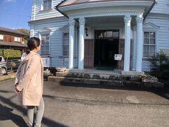 13:00 明治館  お腹いっぱいになったので腹ごなしに少し歩きます。  明治館に来ました。入場料は100円です。   元は明治20年建築の郡役所とのことで、  木造2階建てのレトロな洋館です。  中には出石の近世の歴史が展示されていました。