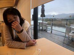 そうこうしている間に外は大雨に。  隣接のカフェで少し休むことにしました。