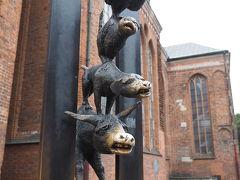 聖ペテロ教会の裏にはブレーメンの音楽隊の像があります ブレーメンもここリガもハンザ同盟の都市だったので、その繋がりでしょうか? 動物たちが全くかわいくない