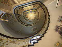外見はネガティブなイメージを与えますが、建物内部には顔のレリーフはありません 可愛らしい装飾が施されています  通りの一角にあるユーゲントシュティール博物館では内部の見学ができます 写真は博物館のぐるぐる階段を見上げたところ 博物館入口は施錠されているので、呼び鈴で開けてもらう必要があるので要注意です