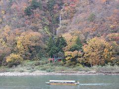 舟を降りて、JR陸羽西線の高屋駅まで最上川沿いに歩いていきます。 途中の白糸の滝の前のドライブインから。 もうあと1週間早ければ、天気が良ければもっと鮮やかな紅葉だったのに、と残念でした。