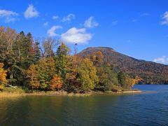 雄阿寒岳も山の上のほうまで紅葉しているのがわかります。