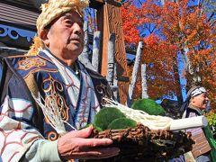 阿寒湖畔のアイヌコタンでは、マリモ祭りが開催されていました。 この祭りは年に一回、1年世話になったマリモを阿寒湖に返すというアイヌの伝統行事です。 ご覧のように大きなマリモを丸木舟で阿寒湖の奥深くまで戻しに行きます。