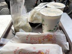 お隣の有名店は長い行列ができていたので、 「果貿來來豆漿」で。 温かい豆乳が最高です!