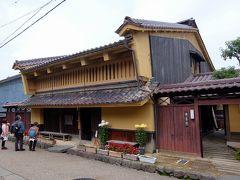 京藤甚五郎家(きょうとうじんごろうけ)  塗籠(ぬりごめ)の外壁と赤みの強い越前瓦の屋根の上に、卯建(うだつ)の上がっているのが特徴です。
