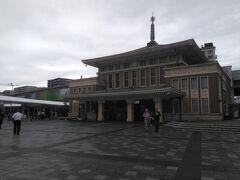 ●JR奈良駅  左奥がJR奈良駅。 右の建物が奈良駅旧舎です。 今では、スタバも入っており、観光案内所になっています。