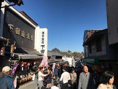 成田山の参道には、お土産屋さんやお食事処がいっぱい。散策を楽しみながら成田山新勝寺に迎えます。道の先に成田山の三重塔が見えてきました。