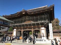 お昼を食べた後、成田山新勝寺へ。入り口にある総門。