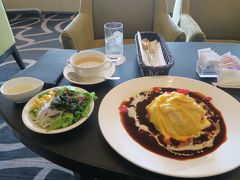 チェックインまで時間があったのでホテルで昼食。 ドレス・ド・オムライス おしゃれなオムライス。なので量は少ないのかなと思ったが、けっこうボリュームあります。