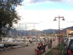 Propriano港街で港沿いにはカフェやレストランが並んでます。