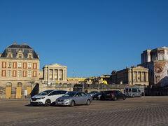 ベルサイユ宮殿の正面入り口前は駐車場になっています。その駐車場を突っ切って門を目指しましょう。