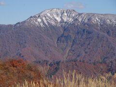 別の雪を被った山が見えて来ました。これが初冠雪かな?来年まで解けないんだろうなあ。
