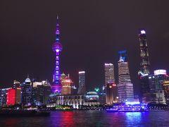 上海タワー  色がかわります。派手に光る観光船が行き交う、この写真のはそうでもないんですが「やりすぎだろ~」というくらいのド派手な船も来ます。