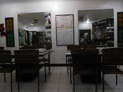 """夕食はホテルすぐ裏のコリアンレストラン""""リハナ""""です。 サムギョプサル1人前づつでいいんだけど、食べ放題でも450ペソ。  うん!シーフードも入ったSpecialでも530ペソかぁ・・ そっちにしました^^"""