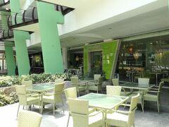 """ベトナム料理の""""レモングラス"""" 店の前にもテーブルがいっぱいですね。 やっぱりここでもカレーが食べられるようです。"""