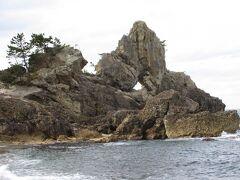 曽々木海岸の「窓岩」 板状の岩の真ん中に直径2mほどの穴が開いている奇岩!  この辺りの石川県4市5町、富山県2市を跨ぐ 海岸線370kmに及ぶ自然景観は 1968年に「能登半島国定公園」として制定されています。
