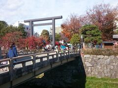 木曽屋から車で3分、《四柱神社》に到着。  すぐそばの中町通りの駐車場に駐車し、女鳥羽川に架かる橋を渡って神社へ向かいます。