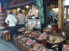 こちらは《雷神堂・松本ナワテ通り店》、せんべいのお店です。  せんべいを土産物で買おうか迷ってた妻ですが、結局買わずじまい。  でも、後になって買えば良かったと後悔してました。