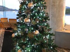 ホテルから鳥羽の海がきれいに見えます。  ロビーにはクリスマスツリー。  ドリンクサービスにお酒もありました。