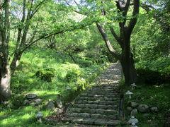 登山道はよく整備されていて、とても歩きやすく。  そこらにプチ灯篭がやたら転がってるのは、お祭り用?