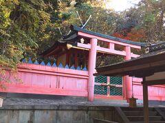 【若宮神社】 参道を上ったところで、南にまがり人が少ない若宮神社を訪問。運転手さんの説明は丁寧で、神社の社殿の屋根について知識が増えました。