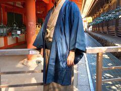 【春日大社 御本殿】 時間の関係で御本殿の外から観光しましたが、それでも神社の厳かな雰囲気は満喫できます。灯篭が並ぶ場所で記念撮影。
