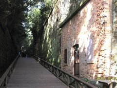 中央の「露天掘り幹道」で、斜面にレンガ造りの兵舎や弾薬庫の跡がありました。これらは旧要塞施設は「国史跡」に指定されています。