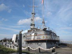 桟橋の隣は三笠公園で、ここに「記念艦 三笠」があります。しかしここから見えるのは、「三笠」の船尾です。