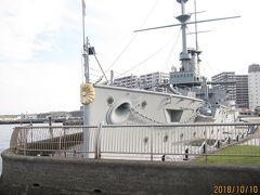そこで、記念艦に入る前に、船首まで歩きました。船首には菊の御紋が、ついています。「三笠」は日露戦争で東郷平八郎司令長官が乗艦し、連合艦隊の旗艦として大活躍した艦船です。詳しくは先の旅行記に書いていますので省略します。