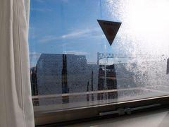 朝です。カーテンを開けると水滴でいっぱい。外は寒そうです。 朝ごはんを頂いて身支度を整えたら、チェックアウトして出発です。