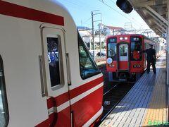 高野山から来た橋本駅行きの列車が、特急と同じホームで客をおろし折り返します。