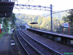 【上古沢駅】 私の他に3人旅人が下りました。高野山ではなくトレッキングが目的なのかもしれません。紅葉が見頃でしたし。