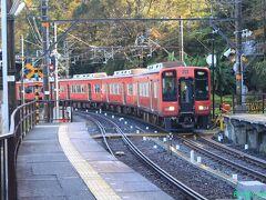 【下古沢駅】 六文銭の真田赤備え列車がやってきました。九度山には真田屋敷があったそうです。高野線はカーブだらけですが、近鉄吉野線よりは良く整備されています。