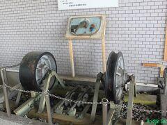 【信貴山下駅】 王寺駅から生駒線にひと駅乗ります。 以前はケーブルカーが信貴山まで走っていましたが1983年に廃止されました。改札前にケーブルカーの車輪等が展示されています。片方は両フランジ、もう片方はフランジのないケーブルカー独特の車輪です。