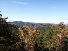 高野山を後にします。  高野山は標高900メートルの高地にあります。 境内にいるうちは高さをまったく感じないのですが、一歩外へ出ると、改めて高い所にいたのだと気づきます。  私たち、昨日はバスの一番前の席だったので、この日は後ろの方の席になりました。