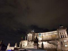 雨のヴェネツィア広場。 ラスボス感がすごい。
