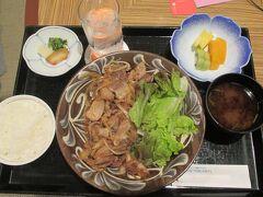 ホテル日航アリビラに戻って、なんだか疲れたのでディナーはルームサービスにしました。佐和で作られた島豚しょうが焼き定食。