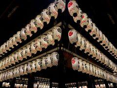 ねねの道を引き返して八坂神社へ  提灯は外国人が大勢写真を撮りまくっていました  整然と並ぶとこれはこれで絵になりますからね