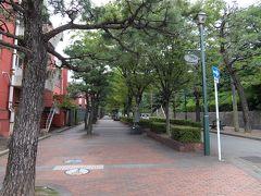 線路をくぐった先で山側へ向かって伸びる美術館通りが分岐します。 この通りの先に呉市美術館と入船山記念館があります。今回はスルー。