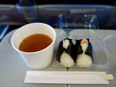 朝4時半起床で羽田空港へ。 予定していたバスに乗り遅れ、あわただしく空港でゲットしたおにぎりを機内でいただきます。  ここの、おにぎりはホント美味しくて大好き。